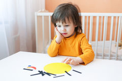Kleines Kind gemacht Applikation von Papierdetails Stockfotografie