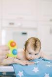 Kleines Kind lernt, Eltern zu helfen, seinen Kopf zu halten Stockbild