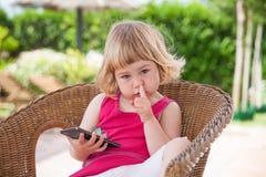 Kleines Kind mit beweglicher Sammelnnase und -c$schauen Lizenzfreie Stockbilder