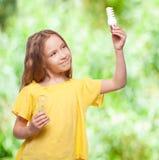 Kleines Kind mit Birnen Lizenzfreies Stockbild
