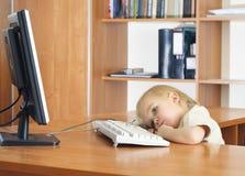 Kleines Kind mit Computer Stockbilder