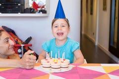 Kleines Kind mit dem Parteikuchenschreien Lizenzfreies Stockfoto