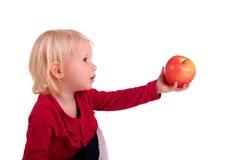 Kleines Kind mit einem Apfel stockfotografie