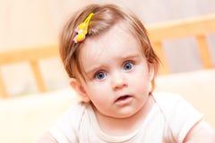 Kleines Kind mit einer Haarnadel, die in der Krippe steht Stockfotos