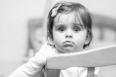 Kleines Kind mit einer Haarnadel, die in der Krippe steht stockfotografie