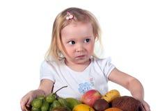 Kleines Kind mit Früchten stockbild