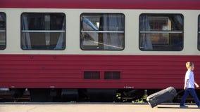 Kleines Kind mit großem Gepäckweg in der Bahnstation, finden seine eigene Weise, überzeugt stock footage
