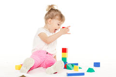 Kleines Kind mit pädagogischen Spielwaren. Lizenzfreies Stockfoto