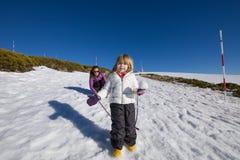 Kleines Kind mit Schneeball in der Hand Lizenzfreie Stockfotos