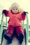 Kleines Kind reitet eine Achterbahn Stockfotos