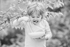 Kleines Kind selbst gemachte Mahlzeit genie?en Nahrung f?r Kinder Wenig Kleinkindjunge essen Brei drau?en Gro?en Appetit haben lizenzfreie stockfotografie