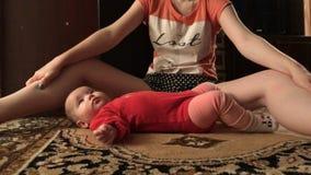 Kleines Kind steht auf einem Teppichboden timelapse Video still stock video footage