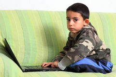 Kleines Kind und Laptop Lizenzfreies Stockfoto