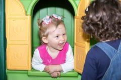 Kleines Kindermädchen, das im Kindergarten in Montessori-Vorschule spielt stockfoto