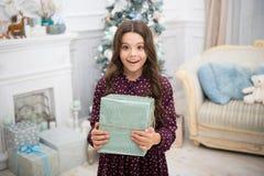 Kleines Kindermädchen mag Weihnachtsgeschenk Glückliches neues Jahr kleines glückliches Mädchen am Weihnachten Weihnachten Kind g lizenzfreie stockbilder