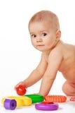 Kleines Kinderspiel mit Spielwaren auf weißem Hintergrund Lizenzfreie Stockfotografie