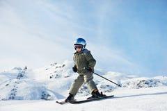 Kleines Kindskifahren auf Schneesteigung Lizenzfreie Stockfotos