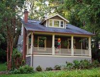 Kleines klassisches Haus Lizenzfreies Stockfoto