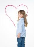 Kleines Kleinkind, das großes Herz zeichnet Stockfoto