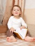 Kleines Kleinkind mit einem Buch Stockfotografie