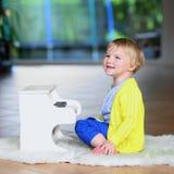Kleines Kleinkindmädchen spielt Spielzeugklavier Lizenzfreie Stockfotos