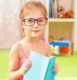 Kleines kluges Schulmädchen Lizenzfreies Stockfoto