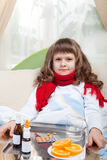 Kleines krankes Mädchen im Bett nimmt Medizin Stockfotografie