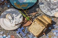 Kleines Kreuz und alte Bibel am Hügel von Kreuzen Lizenzfreie Stockfotos