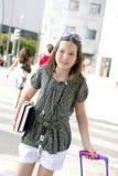 Kleines Kursteilnehmermädchen, das zur Schule in der Stadt geht stockfoto