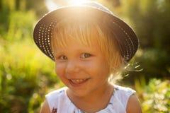 Kleines lächelndes blondes Mädchen Lizenzfreies Stockbild