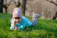 Kleines lächelndes kleines Mädchen am Wald Lizenzfreies Stockfoto