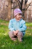Kleines lächelndes kleines Mädchen am Wald Stockfotos