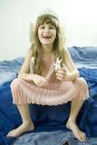 Kleines lächelndes Mädchen, das in den Märchen spielt Lizenzfreie Stockfotografie