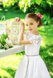 Kleines lächelndes Mädchen mit großer Uhr Leute, Zeitmanagement und Lizenzfreie Stockbilder