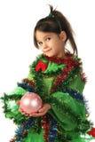 Kleines lächelndes Mädchen mit rosafarbener Weihnachtsdekoration Stockbild