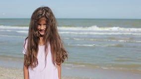 Kleines lächelndes Mädchen, wie sie die Kamera untersucht stock video