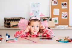 Kleines lächelndes Mädchenkinderkunst-Raumporträt stockfoto
