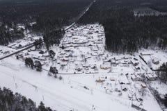 Kleines ländliches Dorf vom Brummengesichtspunkt lizenzfreie stockbilder