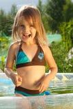 Kleines lachendes Mädchen im Swimmingpool. Lizenzfreie Stockbilder