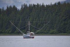 Kleines Lachs- Fischerboot in Südost-Alaska lizenzfreie stockfotografie