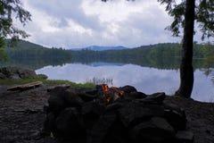 Kleines Lagerfeuer auf einem nebelhaften See in den Adirondack-Bergen von im Hinterland New York Lizenzfreie Stockfotos