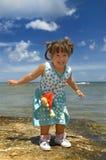 Kleines lateinisches Mädchen am Strand Stockbilder