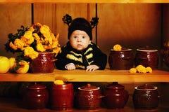 Kleines lustiges Baby mit Bienenkostüm Lizenzfreie Stockfotos