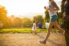 Kleines lustiges Mädchen, das auf grünem Gras, Prag, im August 2015 spielt Lizenzfreie Stockfotografie