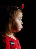 Kleines lustiges Mädchen im Marienkäferkostüm Stockfoto