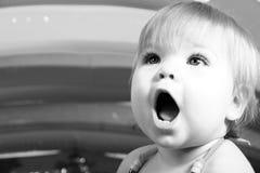 Kleines Mädchen - Überraschung und Wunder - Schwarzes und Whit Lizenzfreie Stockfotos