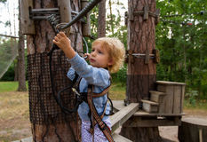 Kleines Mädchen überwindt Hindernisse Lizenzfreies Stockbild