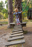 Kleines Mädchen überwindt Hindernisse Lizenzfreie Stockfotos