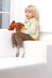 Kleines Mädchen 3 Jahre mit einem braunen Teddybären lizenzfreie stockfotografie