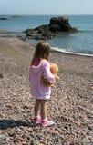 Kleines Mädchen alleine Stockfoto